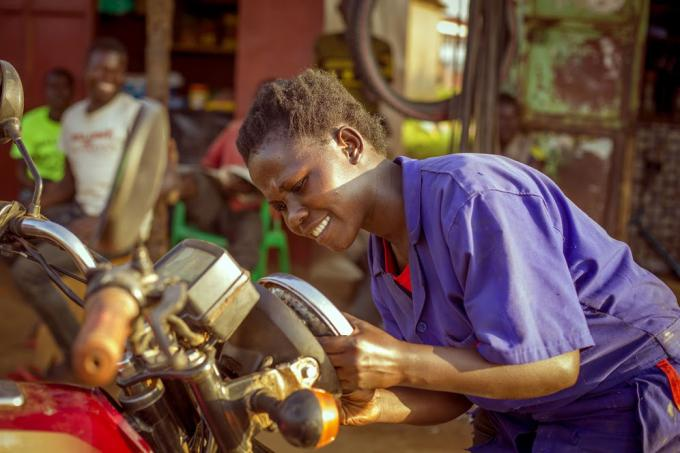 Traning the first female mechanic in the community, in northern Uganda