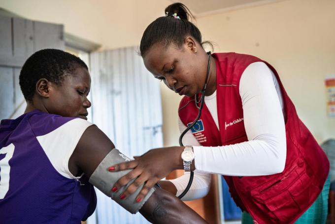 Agnes Alinde checks a patient at the clinic. Fredrik Lerneryd / Save the Children